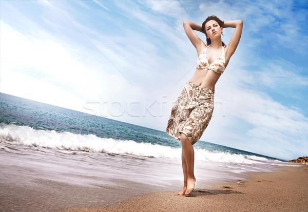 Mooie jong meisje lopen strand vrouwen natuur Stockfoto © konradbak