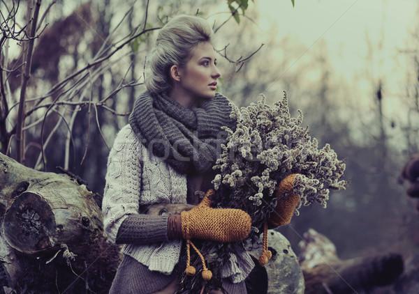 Düşmek bayan el gülümseme orman gözler Stok fotoğraf © konradbak
