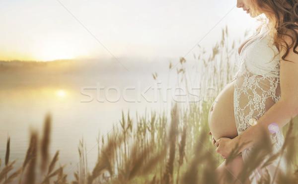 Embarazadas dama caminando frescos verano pradera Foto stock © konradbak