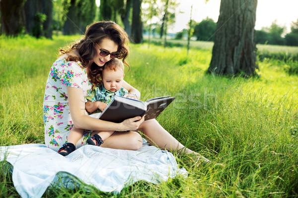 Morena mãe leitura conto de fadas criança criança Foto stock © konradbak