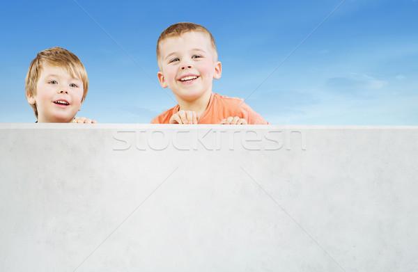Kettő mosolyog fiútestvérek bámul valami érdekes Stock fotó © konradbak