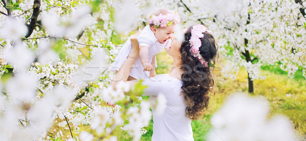Aanbiddelijk moeder weinig kind voorjaar Stockfoto © konradbak