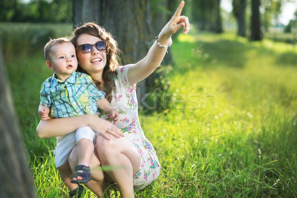 Blij moeder zoon iets interessant mamma Stockfoto © konradbak