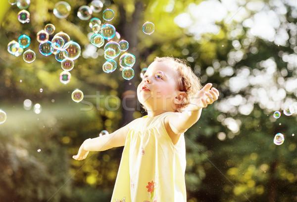 Meisje zeepbellen zomer weide park Stockfoto © konradbak