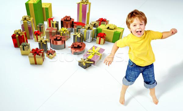 Zdziwiony mały chłopca przedstawia twarz urodziny Zdjęcia stock © konradbak