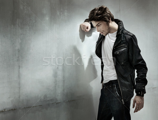 Triste homme permanent mur mode cheveux Photo stock © konradbak