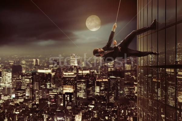 Ambitieus zakenman klimmen wolkenkrabber hoog man Stockfoto © konradbak