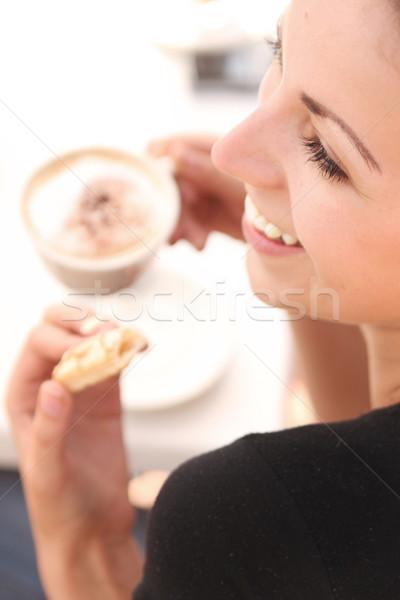 Ebédszünet nő kávé csokoládé torta nyár Stock fotó © konradbak