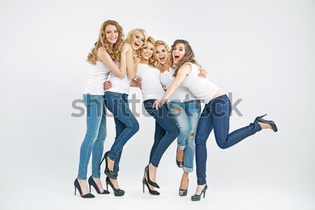 Vrolijk blij vrouwen poseren samen dames Stockfoto © konradbak