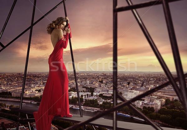 Elegante senhora em pé borda telhado mulher Foto stock © konradbak