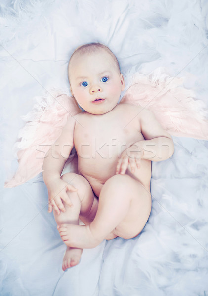 Peu ange visage heureux lit Kid Photo stock © konradbak