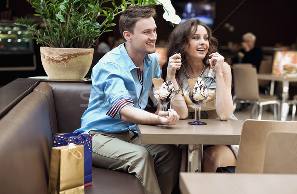 Souriant couple manger crème glacée amour femmes Photo stock © konradbak