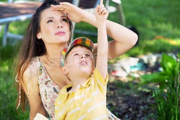 Kicsi fiú mutat anya valami érdekes Stock fotó © konradbak