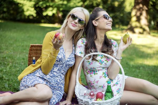 Blij vrouwen eten sappig vruchten smakelijk Stockfoto © konradbak