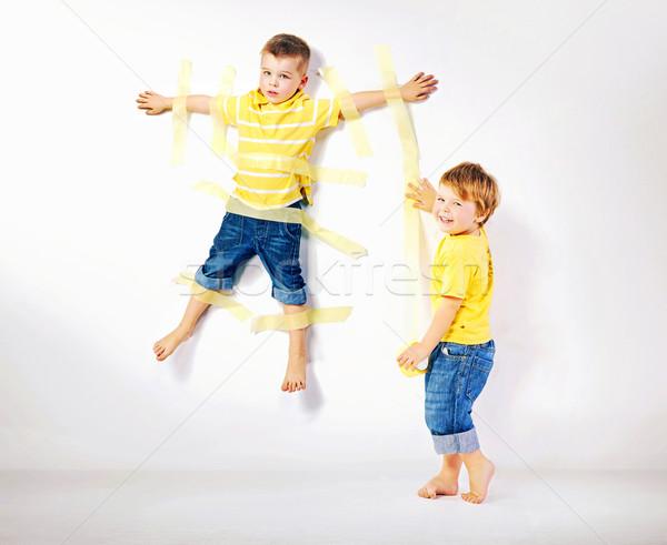 Dos sonriendo hermanos jugando junto cute Foto stock © konradbak