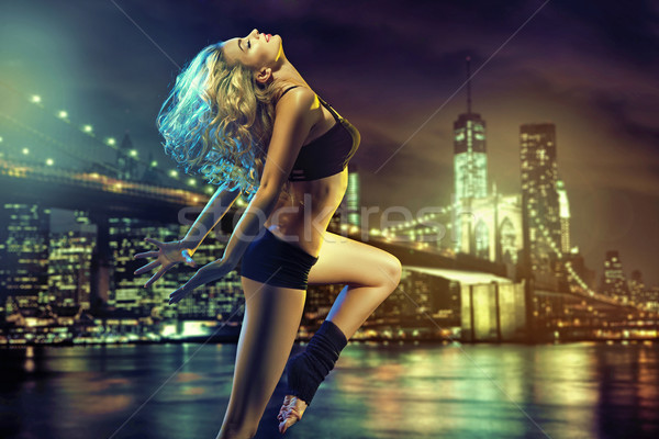 Jóvenes cute basculador ejecutando medianoche nina Foto stock © konradbak