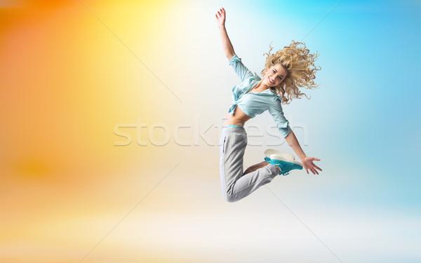 örvend imádnivaló szőke atléta ugrik tánc Stock fotó © konradbak