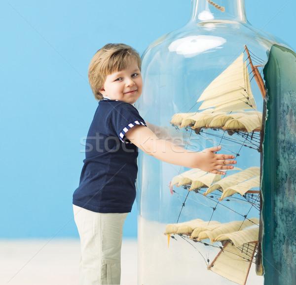 Foto stock: Pequeno · marinheiro · gigante · garrafa · navio