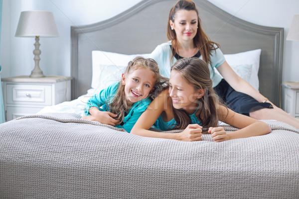 Boldog család pózol hálószoba mosoly gyerekek szeretet Stock fotó © konradbak