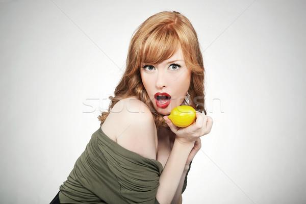Jonge vrouw citroen glimlach Stockfoto © konradbak