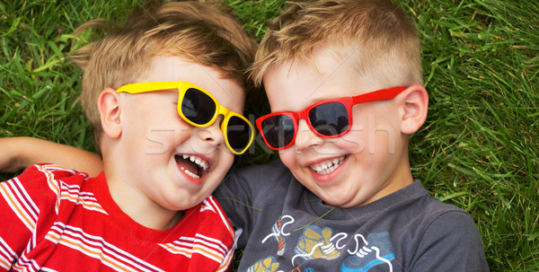 Foto stock: Sorridente · irmãos · óculos · de · sol · jovem · escolas