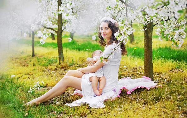Mom Ernährung Kind duftenden Obstgarten Garten Stock foto © konradbak