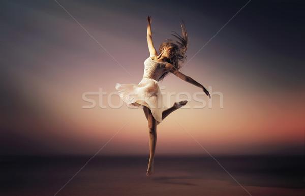 Romantica stato d'animo ritratto jumping ballerino ballerino di danza classica Foto d'archivio © konradbak