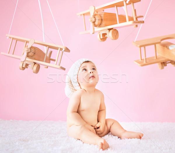 Pequeno bebê jogar brinquedo de madeira aviões little girl Foto stock © konradbak