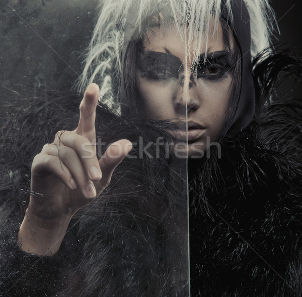 Mysterieus vrouw wijzend iets meisje mode Stockfoto © konradbak