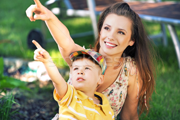 Moeder zoon staren iets interessant cute Stockfoto © konradbak