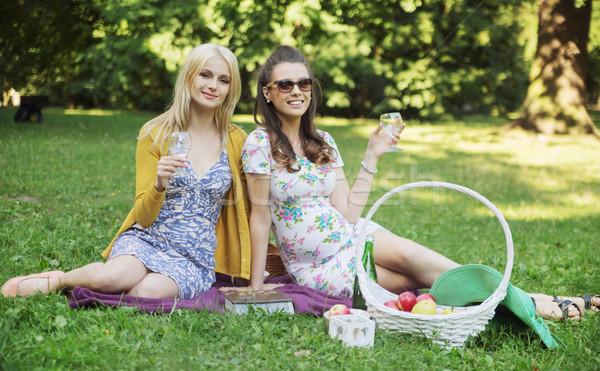Blij meisjes ontspannen deken vriendinnen voedsel Stockfoto © konradbak