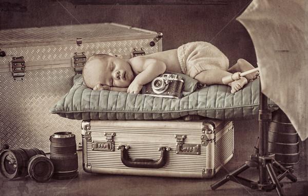 Cute pequeño fotógrafo dormir maleta plata Foto stock © konradbak