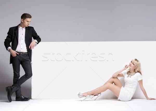 Foto stock: Homem · bonito · olhando · bela · mulher · belo · mulher · loira · negócio