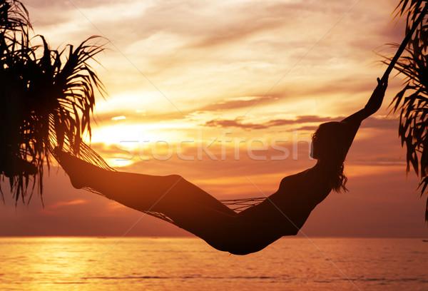 Portret jonge aantrekkelijke vrouw kijken zonsondergang aantrekkelijk Stockfoto © konradbak