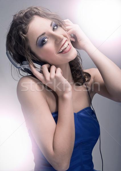 Młodych piękna słuchanie muzyki dziewczyna szczęśliwy przestrzeni Zdjęcia stock © konradbak