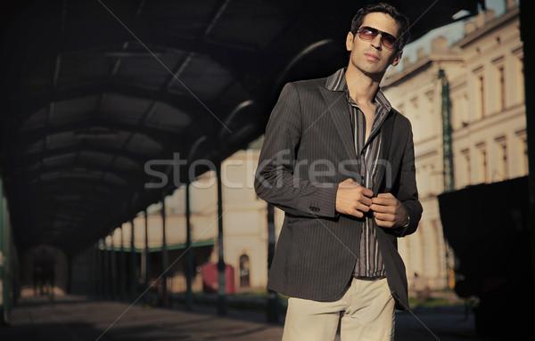 Jeunes élégant affaires posant sourire ville Photo stock © konradbak
