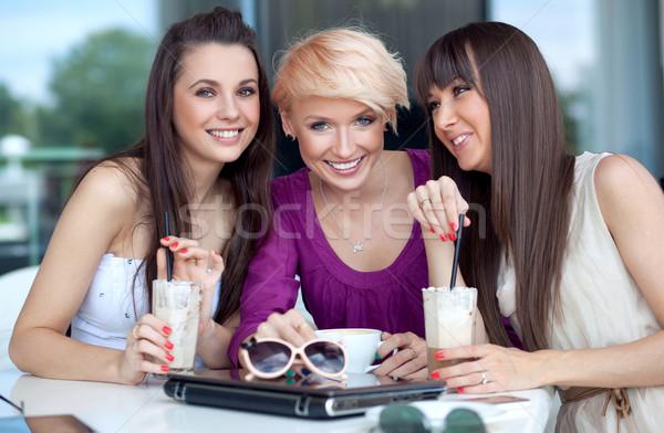 Trzy młodych kobiet przerwa na kawę wiosną uśmiech kawy Zdjęcia stock © konradbak