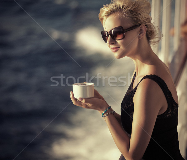 Piękna kobieta kubek kawy pani Zdjęcia stock © konradbak