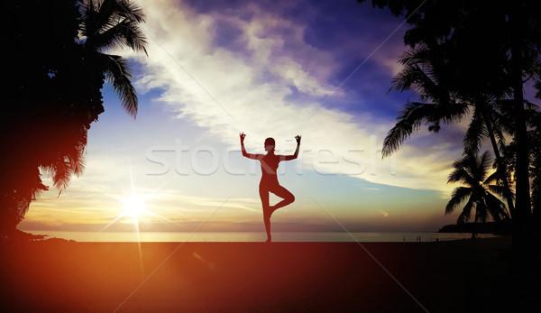 Flessibile donna formazione spiaggia spiaggia tropicale sport Foto d'archivio © konradbak