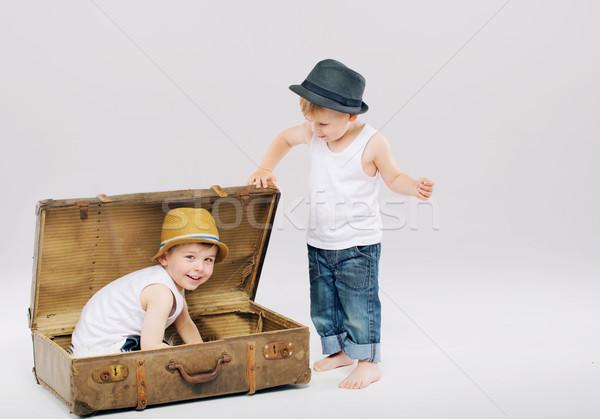 Pequeño nino ocultación mayor hermano maleta Foto stock © konradbak