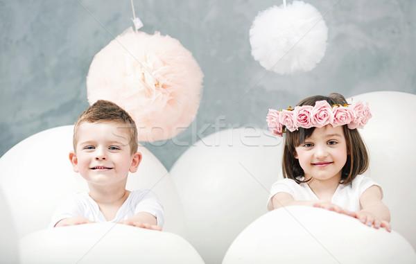 Imádnivaló gyerekek játszanak fehér léggömbök óriás lány Stock fotó © konradbak