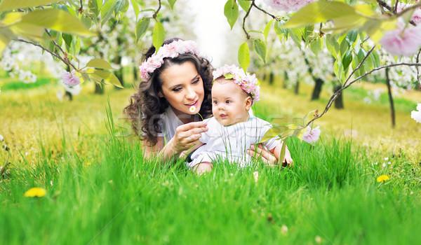 Mutter Kind frischen Rasen grünen Frau Stock foto © konradbak