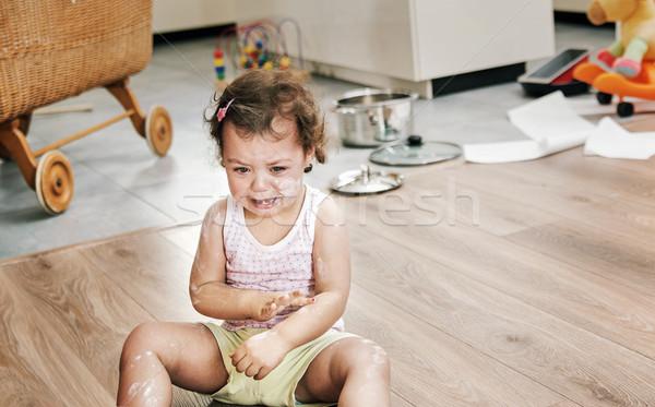 Ondeugend weinig kind vergadering vloer meisje Stockfoto © konradbak