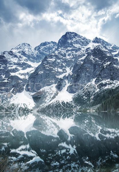 Majestueux montagne lac au-dessous ciel arbre Photo stock © konradbak