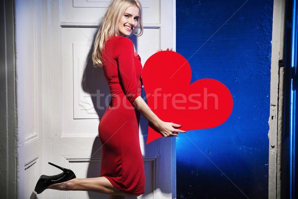 örvend mosolygó nő tart szív papír nő Stock fotó © konradbak