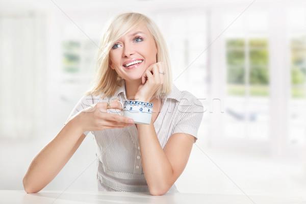 Heureux jeune femme potable café visage travaux Photo stock © konradbak