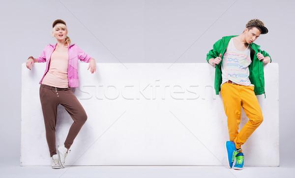 Vrolijk jonge vrienden lege boord Stockfoto © konradbak