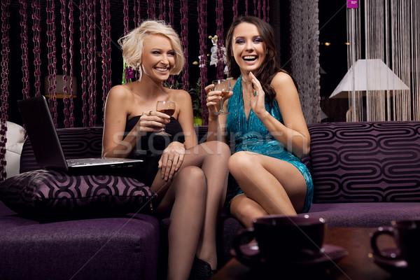Stock fotó: Elképesztő · fiatal · lányok · mosolyog · iszik · üzlet