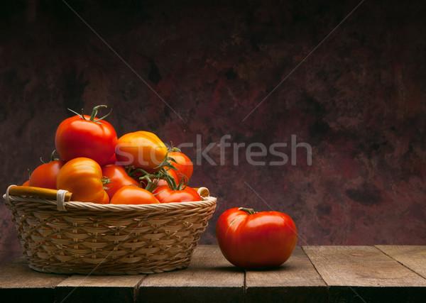 Rouge tomates panier sombre juteuse table en bois Photo stock © Konstanttin
