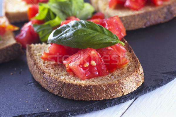 Bruschetta tomate albahaca negro piedra placa Foto stock © Koufax73